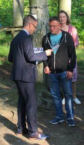 Der Leiter des FZZ Jörg Stietzel erhält von Herrn Czarnecki die Urkunde.